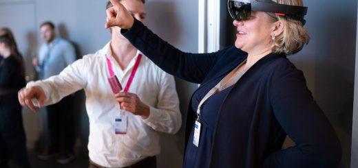 Jurymitglied Prof. Dr. Jana Wolf probiert auf der Preisverleihung 2019 den VSI von apoQlar aus
